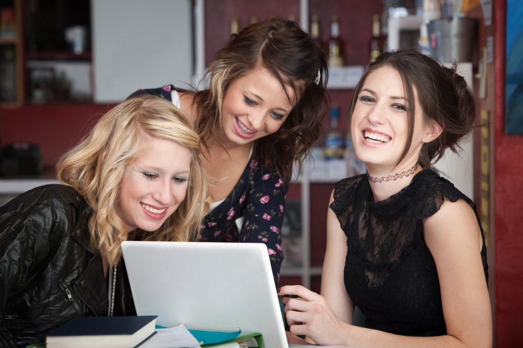 Tre glada tjejer