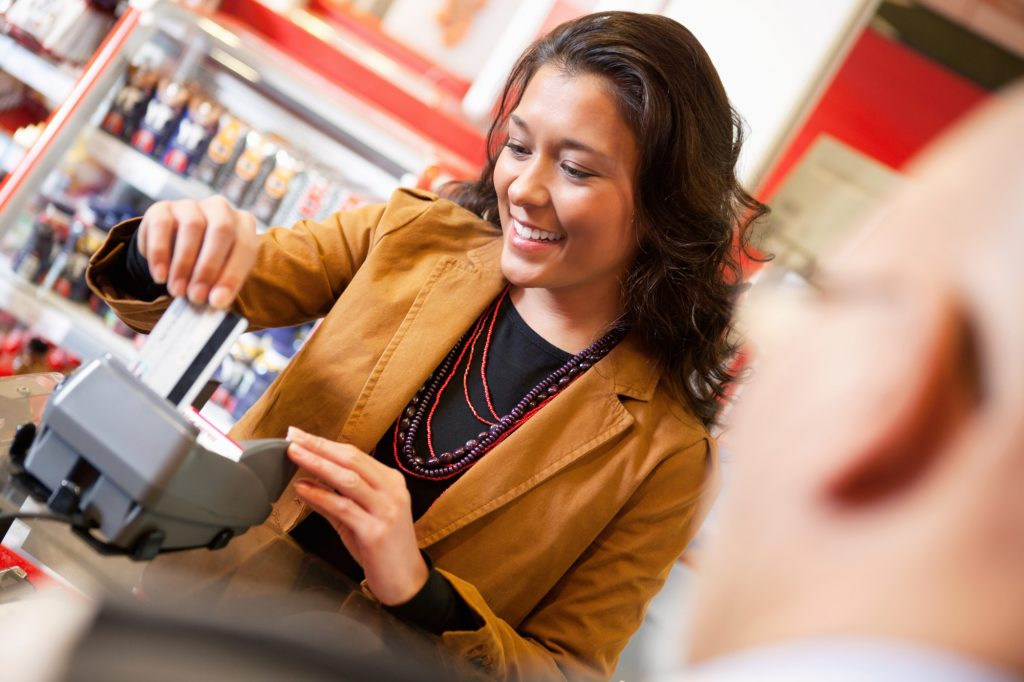 Kvinna handlar i butik