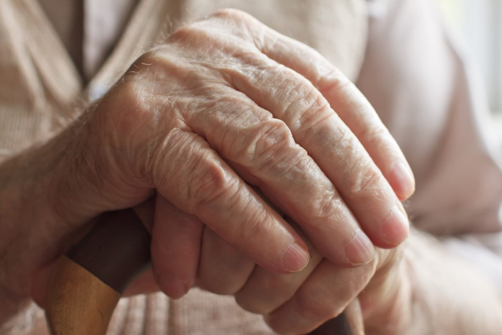 Hand håller en annan hand