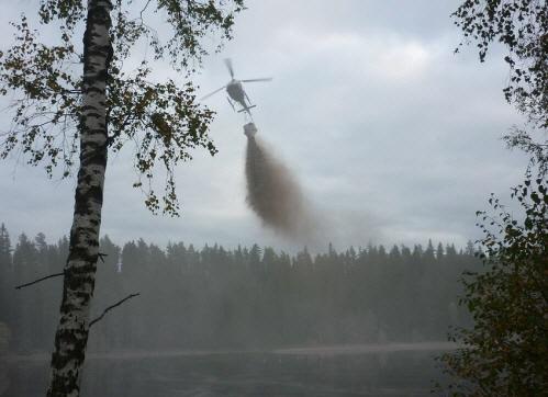 Helikopter som kalkar en sjö