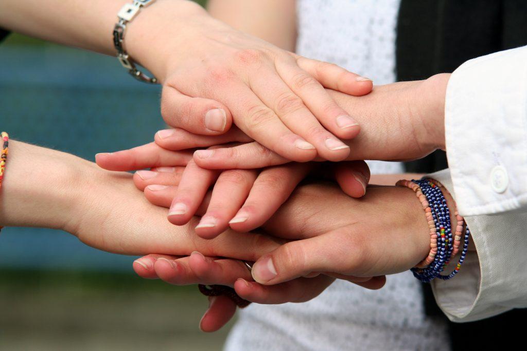 Händer som ligger på varandra