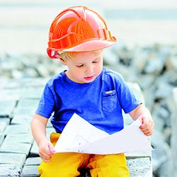 Barn med byggnadsritning
