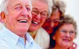 Gäng med äldre, glada människor_beskuren