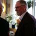 Crister Persson hälsar på en av sina gäster vid Öppet hus