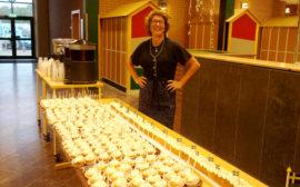 Berit Valbrant har bakat tårta till alla elever och lärare när Tranemo Gymnasieskolan firar 25 år