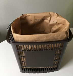 Behållare med brun påse för matavfallsinsamling
