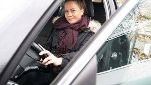 Kvinna sitter i bil.