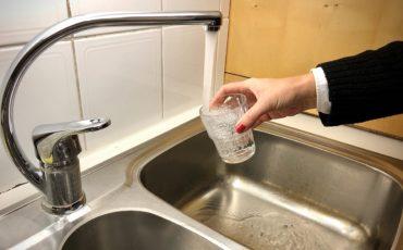 Vattenkran och ett glas
