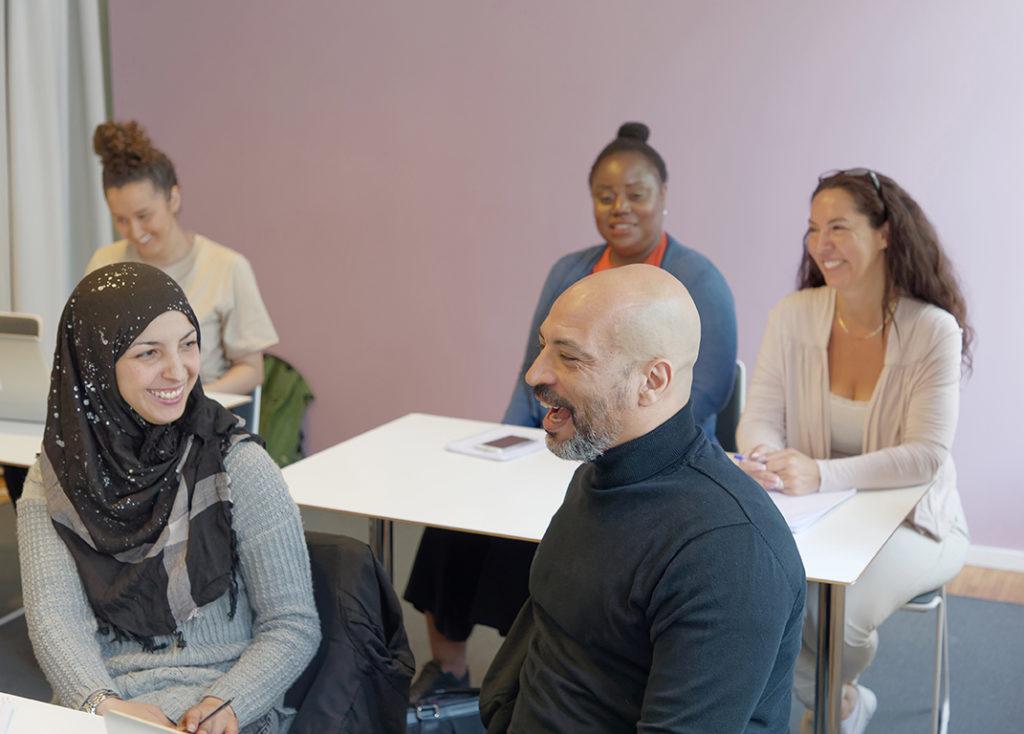 Elever med blandad etnicitet i ett klassrum