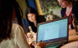 Kvinna arbetar vid dator