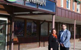 Carita och Tony framför ingången till kommunkontoret