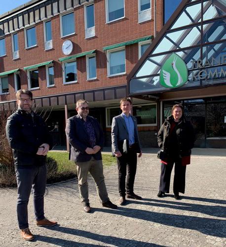 Politiker, ekonomichefen och kommunchefen framför kommunkontoret i Tranemo
