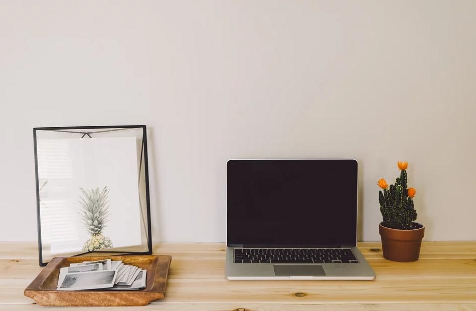 Dator och fotografier i en hemmiljö