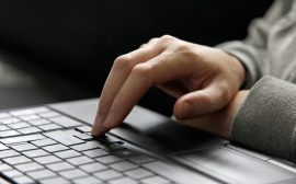 en hand och ett tangentbord.