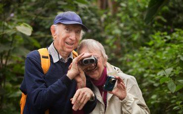 ett äldre par med kikare