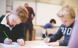 skolelever i ett klassrum