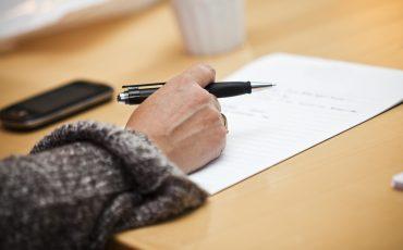 hand med en penna