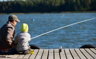 pappa fiskar med sin son