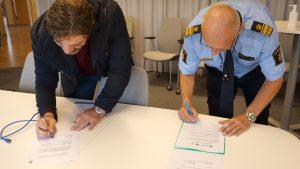 Tony Hansen och Stefan Gustafsson undertecknar Medborgarlöftet