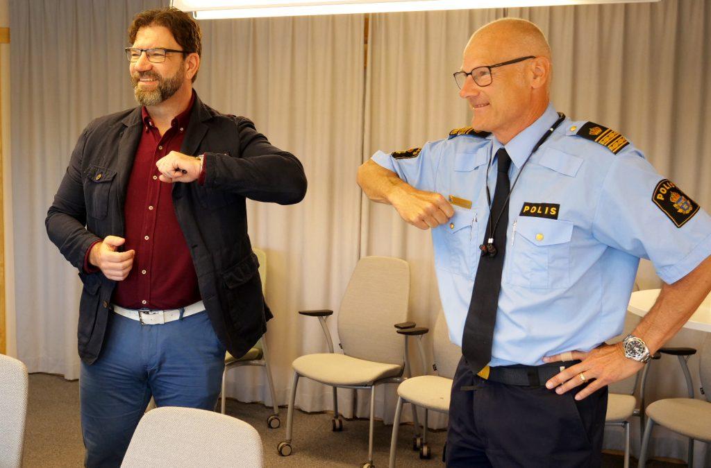 Tony Hansen och Stefan Gustafsson polis gör en corona-hälsning