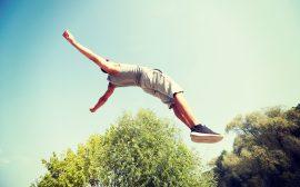ung man som hoppar