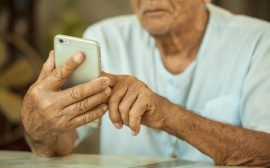 Äldre man med mobiltelefon