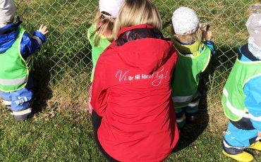 Förskolepedagog och förskolebarn