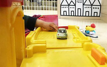 Leksaksbil och en barnhand
