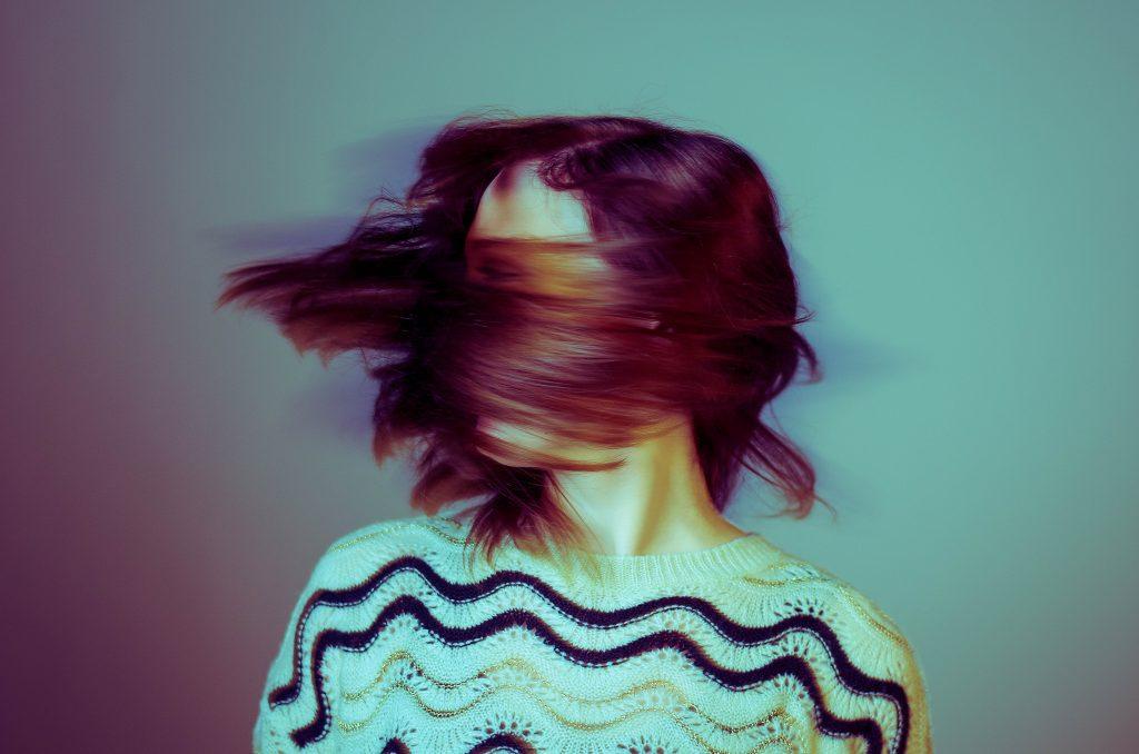 Kvinna som skakar på huvudet