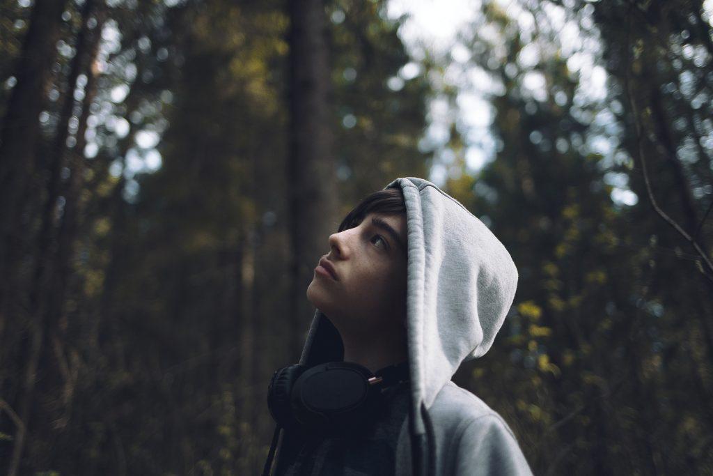 Tonårskille i skogen