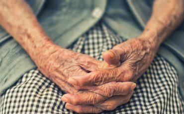 äldre händer i knät