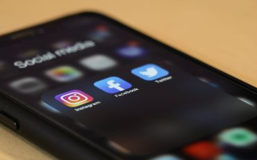 mobil med sociala medier på skärmen
