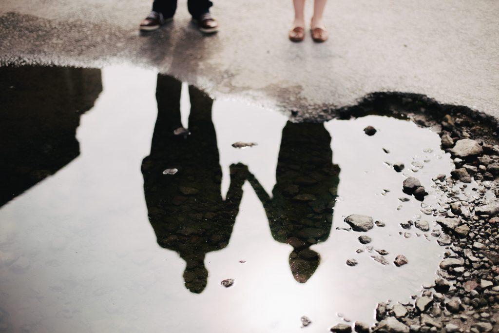 par speglar sig i vattenpöl