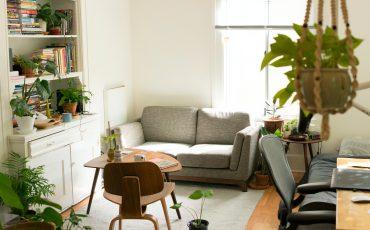 ett rum med stol, bord, soffa och fönster