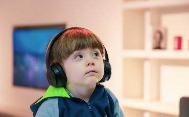 pojke med hörlurar