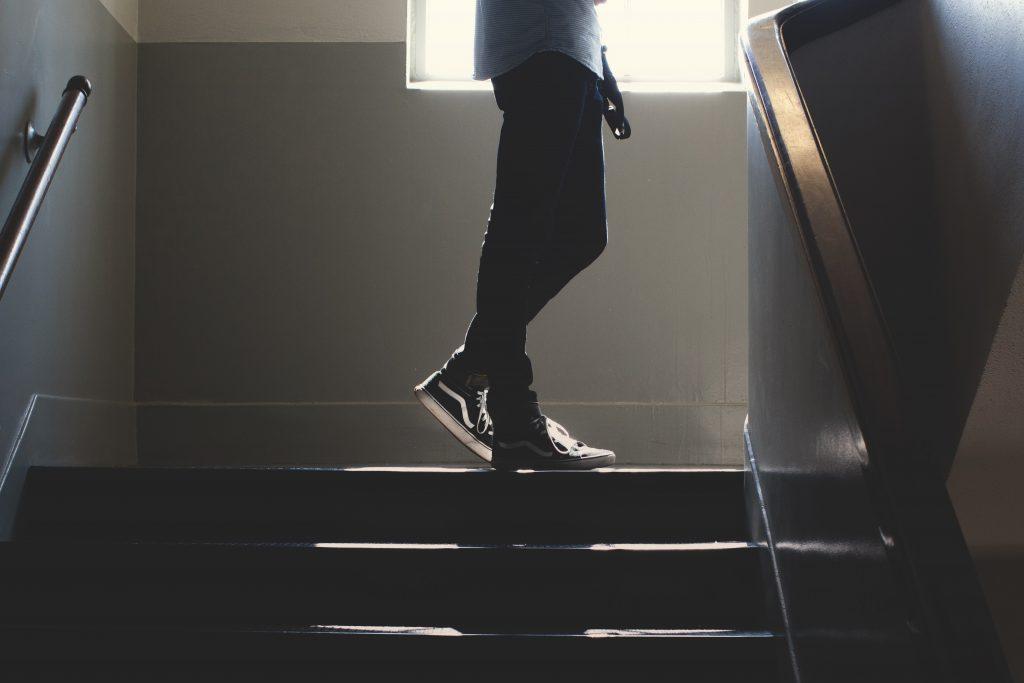 En människa som står på en trappavsats.