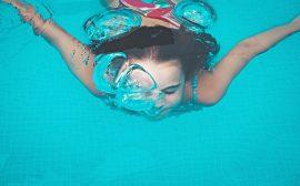 flicka som simmare under vattnet