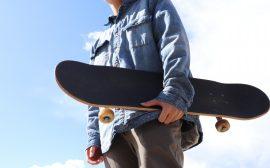människa med skateboard