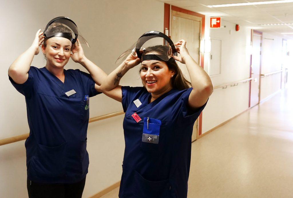 Två kvinnor med visir på sina huvuden