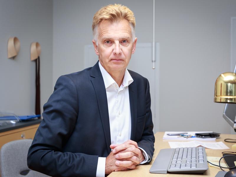 En man framför ett skrivbord.