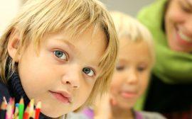 Barn i skolsal med pedagog