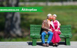 Äldre par sitter på en bänk